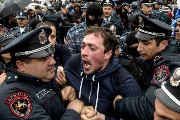روز سهشنبه پارلمان ارمنستان سرکیسیان را به عنوان نخستوزیر این کشور منصوب کرد و روز پنج شنبه معترضان تلاش کردند تا نشست کابینه جدید را مختل کنند.