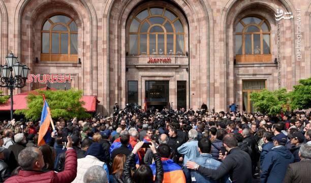این در شرایطی است که دهها سازمان و نهاد دولتی و سیاسی در ارمنستان با اعلام حمایت از نخستوزیر این کشور از او خواسته بودند تا این اعتراضات را با توسل به ابزارهای سیاسی آرام کند.
