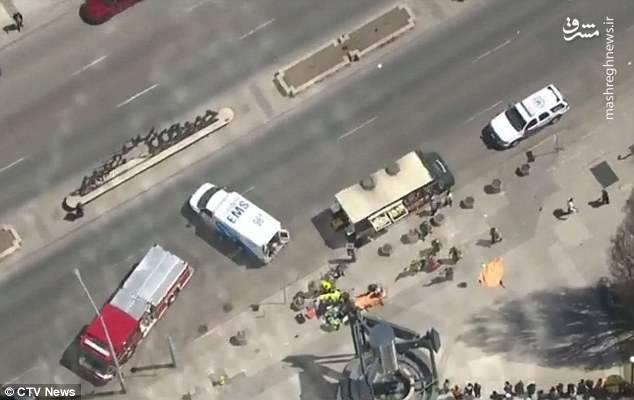 یک شاهد حادثه گفت که راننده ابتدا وارد پیاده رو شد به عدهای کوبید، به خیابان برگشت و کمی جلوتر مجددا در پیاده رو به مردم کوبید.