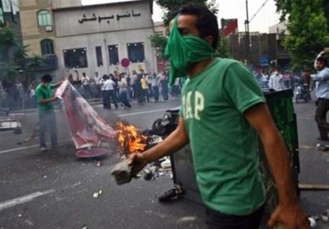 تناقض جالب ترانه علیدوستی؛ از بزرگداشت موسوی تا هشدار علیه منافقین/ دست وزارت کشور و ناجا برای خشونت بسته شد!