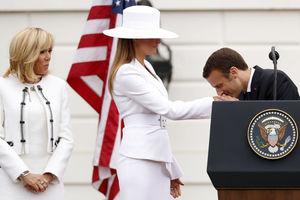 بوسه مکرون بر دستان ملانیا ترامپ در سفر به آمریکا. نفر سمت چپ