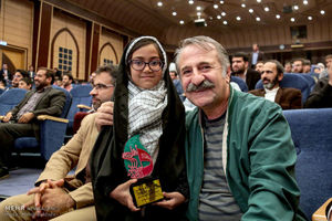 عکس یادگاری فرزند شهید مدافع حرم با مهران رجبی