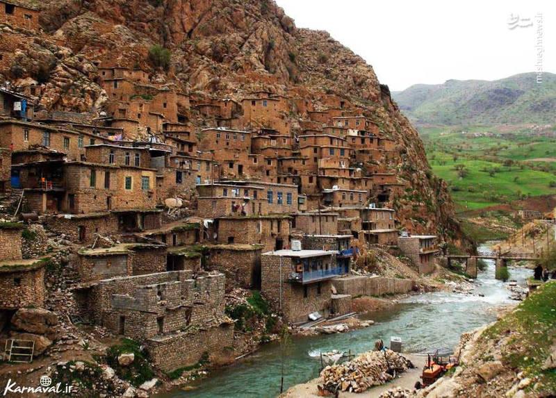 رودخانه خروشان تنگیور که از میان آبادی میگذرد آن را به دو قسمت تقسیم کرده است و خانه های روستا با سنگ و بیشترشان به صورت خشکه چینی ساخته شده است.