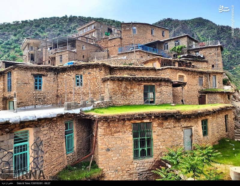 این روستا علاوه بر داشتن معماری زیبا، دارای چشمهها، آبشارها و طبیعتی سرشار از زیبایی منحصر به فرد در استان کردستان است و در کنار رودخانهای قرار گرفته که به رودخانه سیروان می پیوندد.