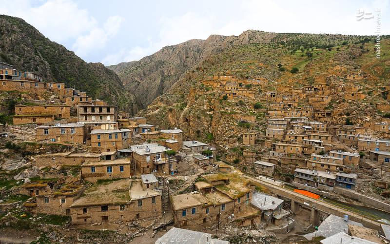 روستا در دامنه کوه و در 2 طرف دره قرار گرفته و خانههای آن با سنگ و عموما به حالت پلکانی ساخته شده و پشت بام منزل پایین حیاط منزل بالا است.