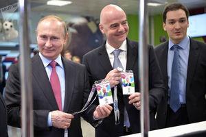 اعطای کارت هواداری جام جهانی 2018 به ولادیمیر پوتین رئیسجمهور روسیه