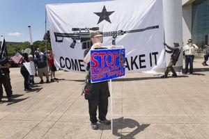 عکس/ تجمع مخالفان هفتتیرکشی در آمریکایی