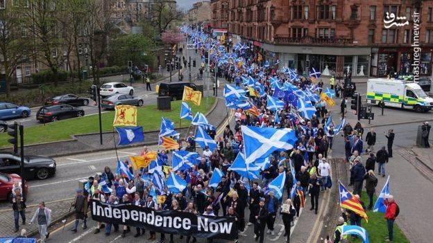 به نوشته روزنامه گاردین، تظاهرات کنندگان با در دست داشتن پرچم اسکاتلند خواستار جدایی از بریتانیا شدند.