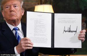 عکس/ امضای ترامپ برای خروج آمریکا از برجام