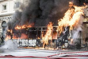عکس/ انفجار مهیب اتوبوس در پایتخت ایتالیا