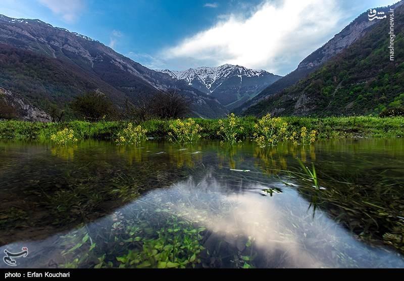 از سمت جنوب غربی کوه الموت، بلندترین کوهی است که این دشت را احاطه کرده است.