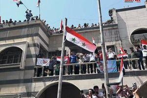 عکس/ اهتزاز پرچم سوریه در مناطق تازه آزادشده دمشق