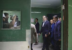 وزیر بهداشت چشم ۱۱ زلزلهزده را عمل کرد