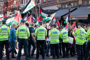 فیلم/ سفارت رژیم صهیونیستی در محاصره فریادهای معترضان