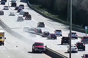فیلم/ حرکت عجیب یک راننده در وسط بزرگراه!