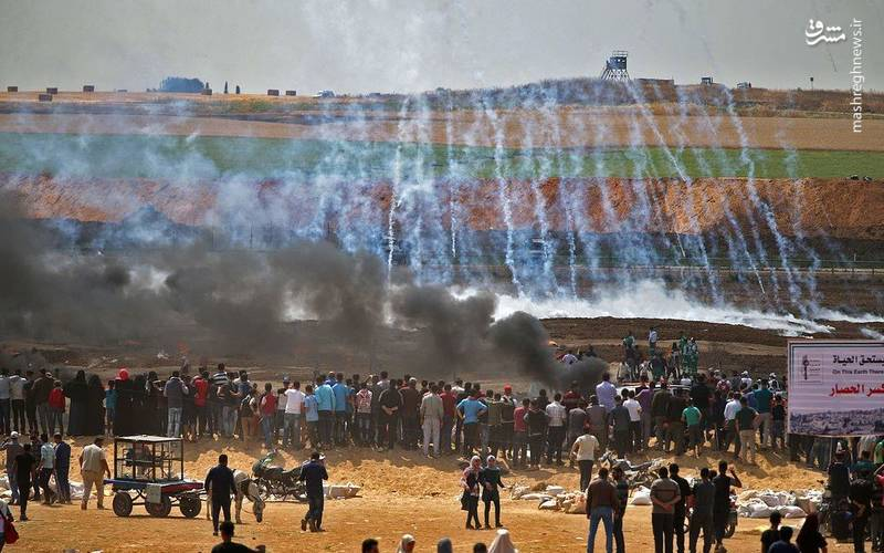 پرتاب گلوله های اشک آور سربازان رژیم صهیونیستی به سمت تظاهرکنندگان فلسطینی
