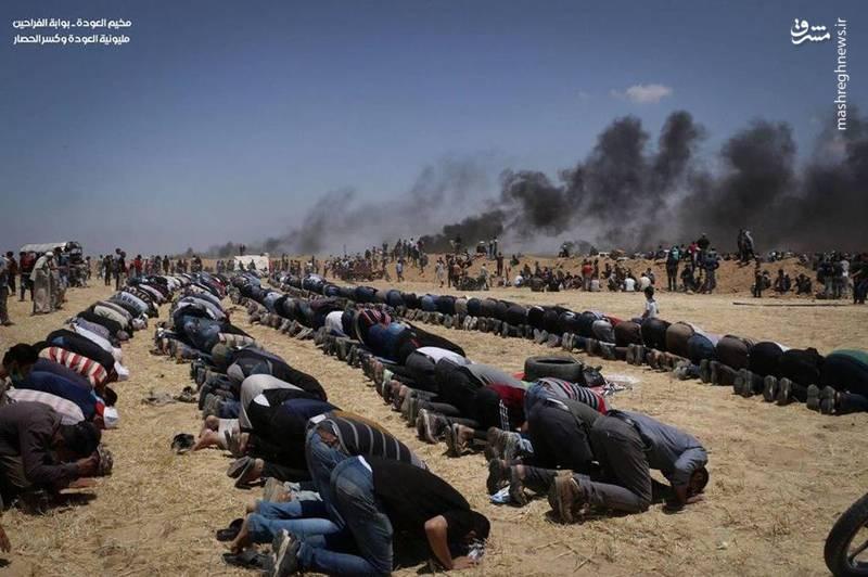 اقامه نماز فلسطینیها در میان آتش و دود
