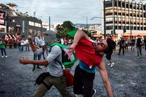 عکس/ حمله جوانان یونانی به سفارت اسرائیل