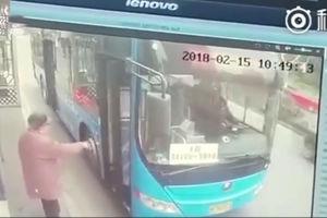 فیلم/ اقدام ناجوانمردانه راننده اتوبوس با یک پیرمرد