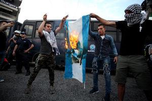 عکس/ آتش زدن پرچم اسرائیل در یونان
