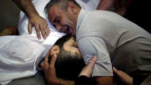 عکس/ وداع دردناک پدری با پسرش