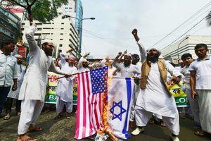 عکس/ آتش زدن پرچم آمریکا و اسرائیل در بنگلادش