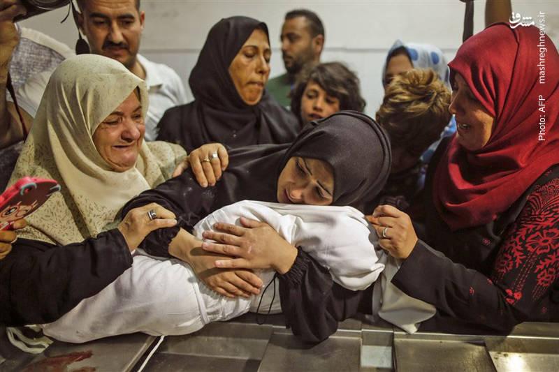 «بذارید با من بمونه» آخرین گریههای مادر فلسطینی پیش از دفن فرزند شهیدش