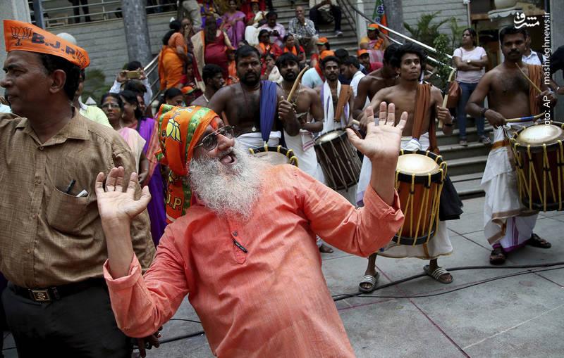 شادی هواداران حزب حاکم هند پس از انتشار نتایج اولیه انتخابات ایالتی در کارناتاکا