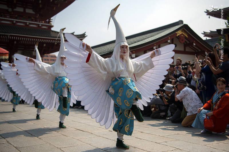 حضور مردم و گردشگران برای تماشا و تصویربرداری از مراسم سنتی «سانجا» در توکیو
