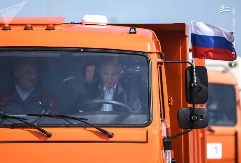 پوتین سوار بر تجهیزات ساختوسازِ ارسالی از سوی مسکو به شبهجزیره کریمه، در جریان افتتاح پل ارتباطی میان این شبهجزیره و سرزمین اصلی روسیه
