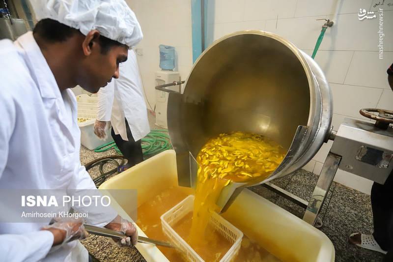 در این مرحله انبهها در دیگ آب جوش با زردچوبه با دمای ۱۵۰ درجه پخته میشوند.