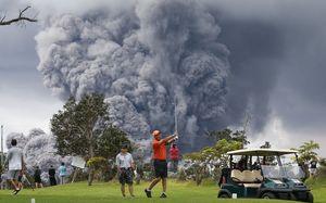 عکس/ بازی گلف در کنار آتشفشان فعال