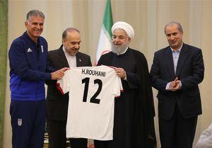 اهدای پیراهن شماره ۱۲ تیم ملی به روحانی