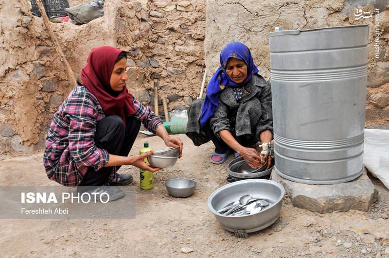 نداشتن آب شرب و بهداشتی از مشکلات اصلی مردم روستای «جنگل نخاب» است.