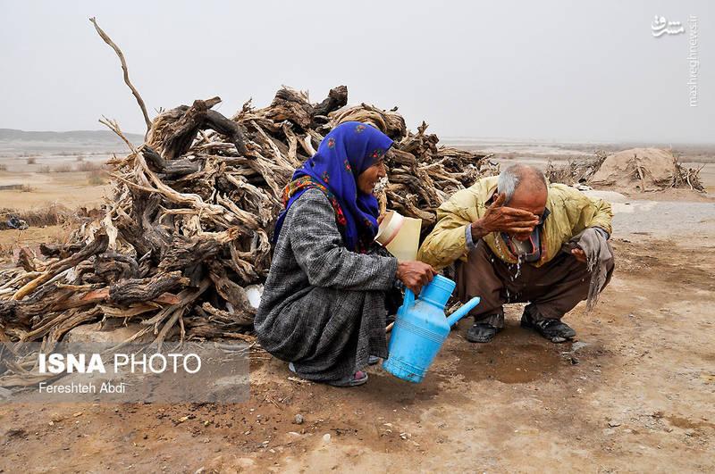حسن طاهری و همسرش از مشکلات بهداشتی همچون فقدان حمام و اسیدی بودن آب آشامیدنی «جنگ نخاب» میگویند.