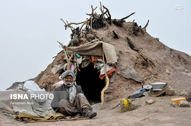 مردمان روستای «شاه مردی» در خانههای ساخته شده از گل و شاخه درختان و پارچههای کهنه زندگی میکنند. این خانهها ناامن در مواجه با خطراتی چون زلزله و حشرات و جانداران گزنده هستند.