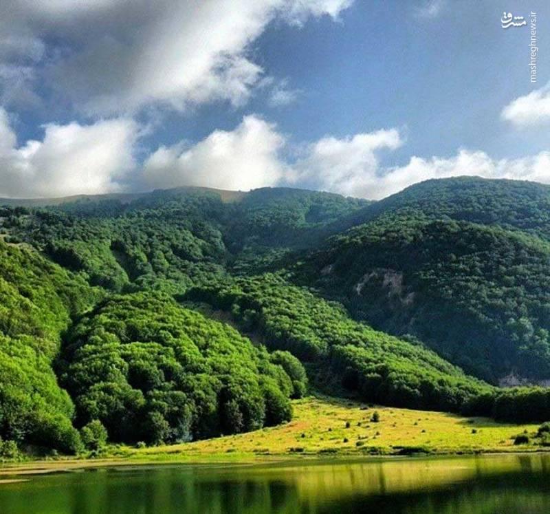 در دو سمت دیگر دریاچه نیز ، تپه ماهورهایی وسیع و زیبایی قرار دارد.