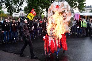 عکس/ آتش زدن آدمک ماکرون در پاریس