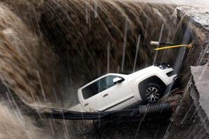 سقوط خودرو شاسی بلند درون چاله در ترکیه