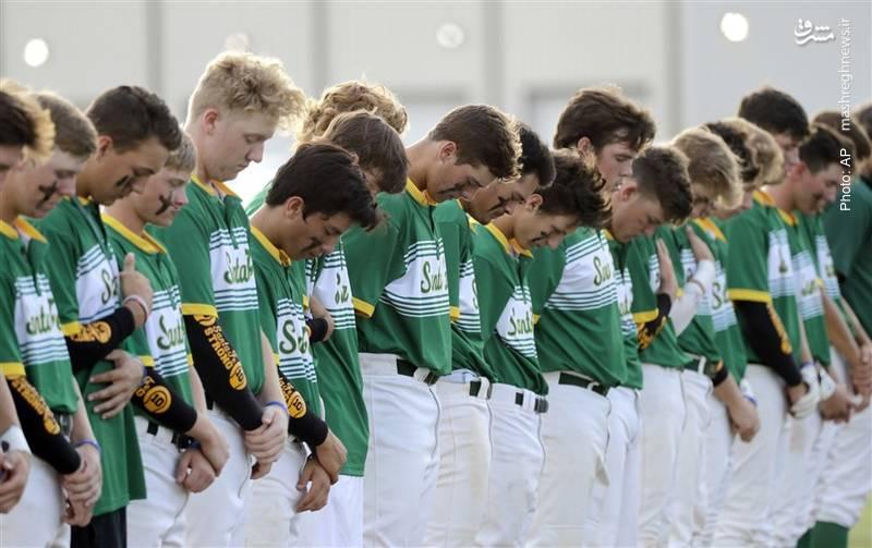 یک دقیقه سکوت بازیکنان بیس بالِ دبیرستان آمریکاییِ سانتا فه به مناسبت کشتار اخیر در مدرسهشان