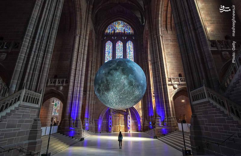 اثر تجسمی بزرگ در کلیسای جامع لیورپول که توسط اوک جرام بر اساس تصاویر دقیق ناسا از ماه زمین ساخته شده است.
