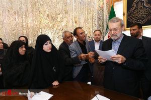 عکس/ دیدار خانواده شهدای تروریستی مجلس با لاریجانی