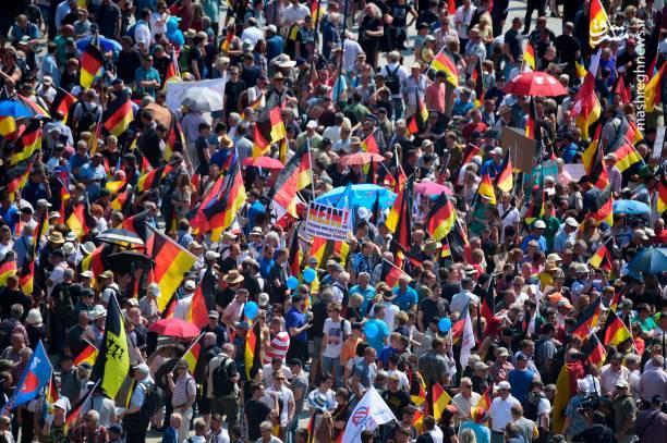. برخی از کاربران در توئیتر مدعی شدهاند شمار حاضران در این تظاهراتها بالغ بر 70 هزار نفر بودهاند.