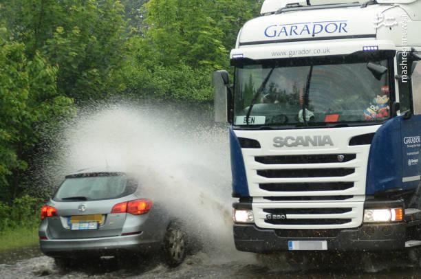 باران شدید و وقوع سیل ناگهانی بخشهایی از شمال و مرکز انگلیس را در برگرفت و جادهها و خیابانهای زیادی را در آب فرو برده است.
