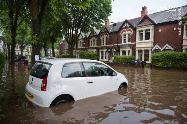با ادامه طوفان، خطر رعد و برق و سیل همچنان در بخشهایی از انگلیس و همچنین ولز وجود دارد.