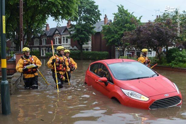 در برخی از اماکن، شدت بارندگی و وقوع سیل به داخل ساختمانها نیز کشیده شده است.