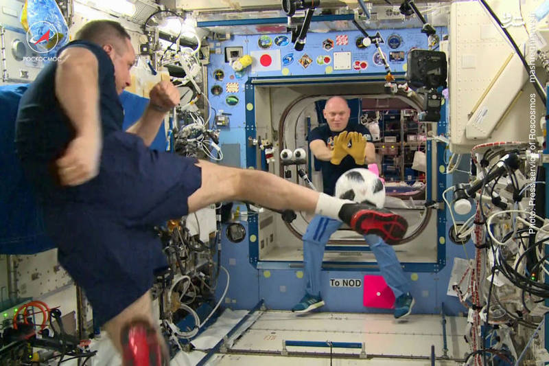 بازی فضانوردان روس با توپ رسمی جام جهانی 2018 که قرار است سوم ژوئن به زمین برگردد.