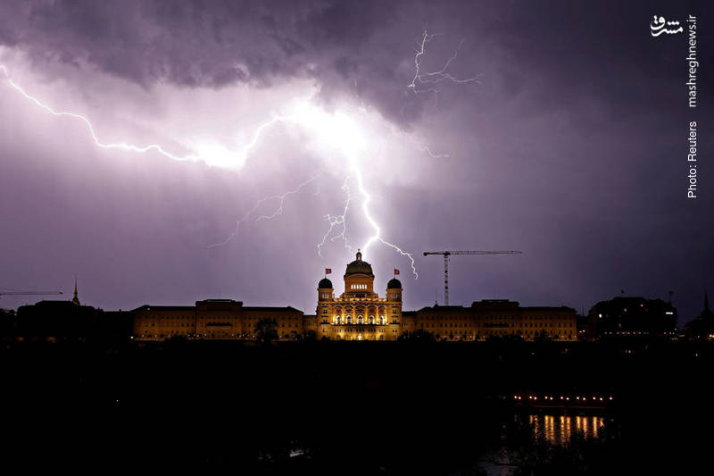 تصویری از رعد و برق بر فراز کاخ فدرال سوئیس در برن
