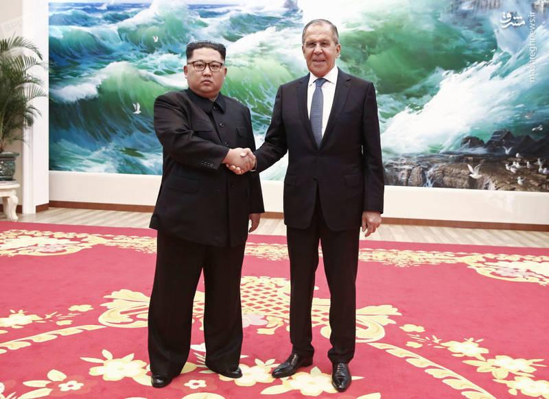 دیدار لاوروف و کیمجونگاون در سفر وزیر امور خارجه روسیه به پیونگیانگ. در جریان مذاکرات حلع سلاح هستهای، رهبر کره شمالی دو بار به چین (بزرگترین شریک تجاریاش) سفر کرده اما خبری از سفر به روسیه نبود، تا اینکه مسکو خود وزیر خارجهاش را به پیونگیانگ فرستاد.