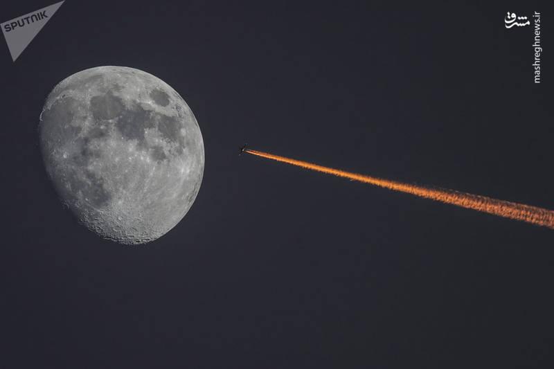 رد پرواز هواپیما و رخنمون ماه در یک قاب